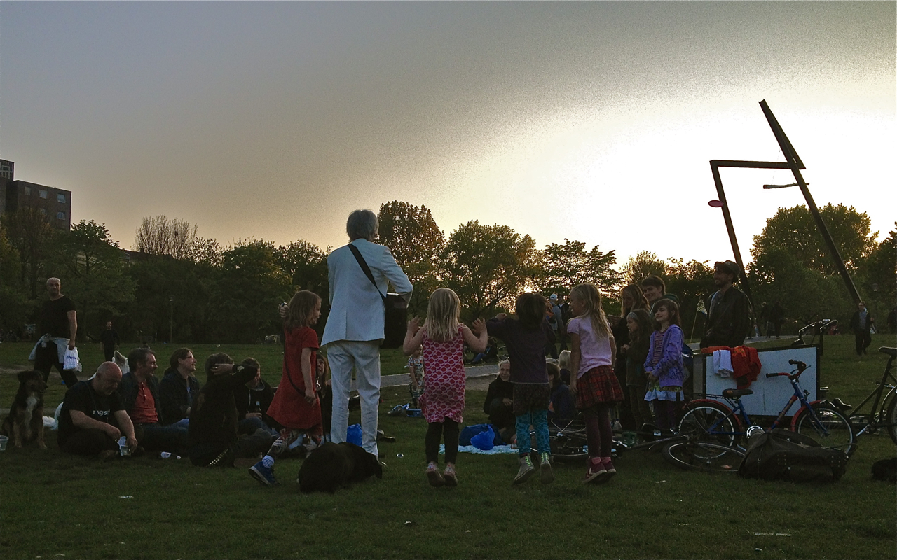 Ulrich singt und spielt mit Kindern im Görlitzer Park